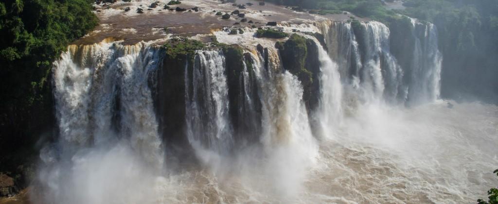 The thunderous Iguaçu falls from above.