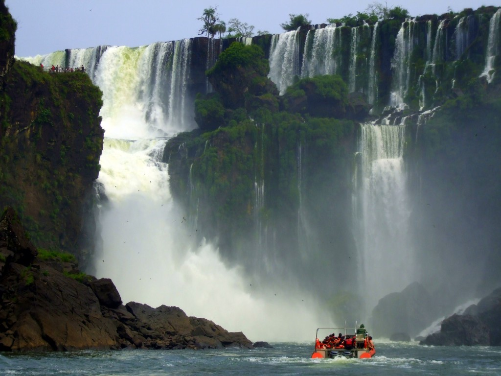 A boat heads towards the waterfalls on Iguaçu Macuco Safari.
