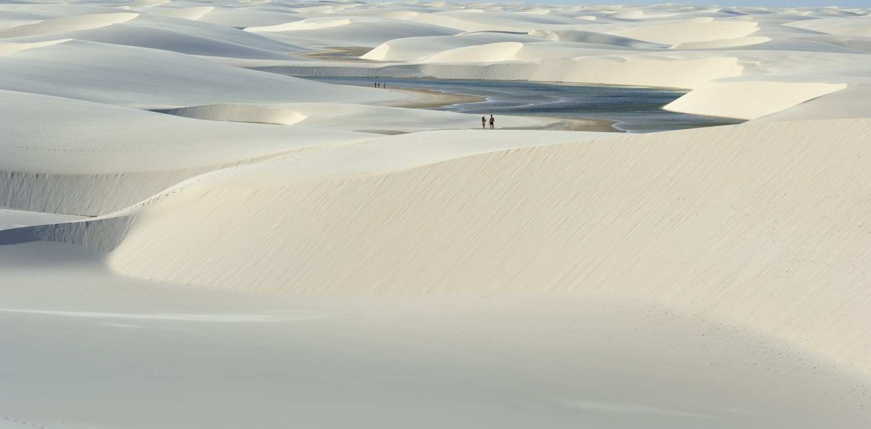 lençois Maranhenses couple marchant dans les dunes