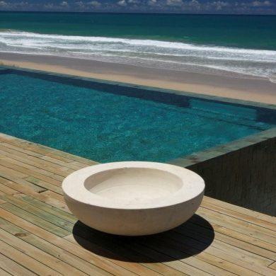 Vasque au bord de la piscine kenoa resort