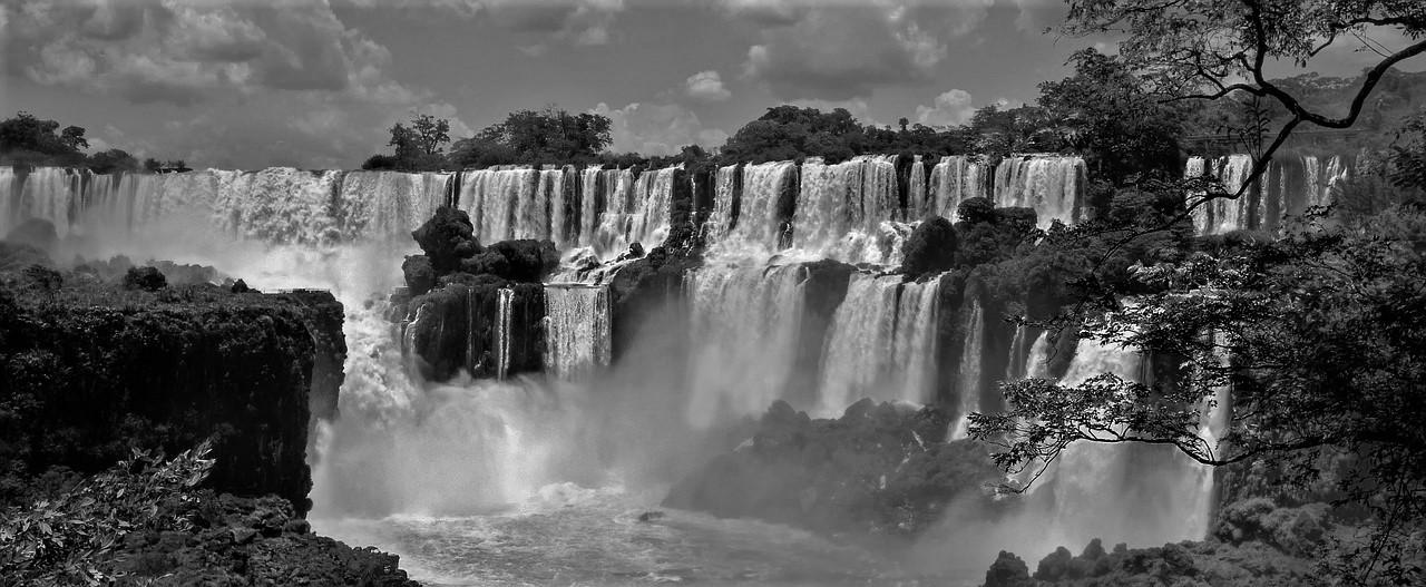 Te mighty Iguassu Falls. Black and White